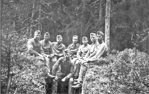Skogsanlegg: Bildet ble funnet i det nå revne forsamlingshuset Solvang etter krigen. Christian Erik Nordby tror det kan vise tyske soldater på Bråtaskauen.