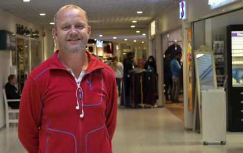 Fornøyd: Senterleder Grunde Wegar Knudsen ved Amfi Kragerø forteller at de er fornøyde med sommeren. Nå jobber de på spreng for å fylle ledig areal på senteret.
