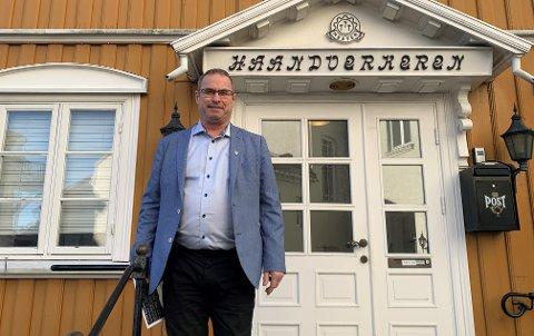 SKAL VEILEDE: Thorleif Fluer Vikre vil sammen med fem til seks partifeller hjelpe folk med å klage. De har leid andre etasje hos Håndverkeren.