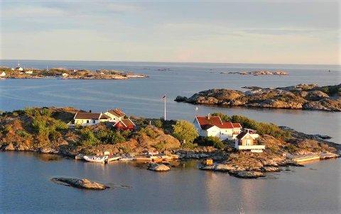 Ekteparet Sandvik solgte tidligere i år denne idylliske holmen i Kragerøs-kjærgården. Nå ønsker de å bosette seg i Lyngør.