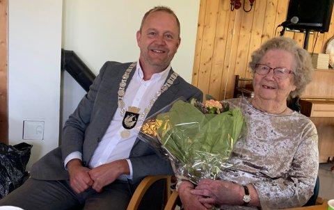Sigrid Johanne Thomassens 100-årsdag søndag ble behørig markert med besøk av ordfører Grunde W. Knudsen.