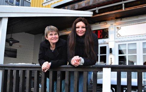 KOLLEGER: Gro Marlen Sleire (t.v.) har ansatt Karoline Kaaber til å styre driften ved Lille Kragerø.