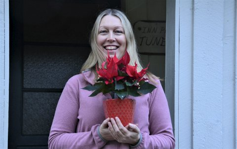 GLAD: Kari Ersland vart glad for påskjønninga med ein juleblom.