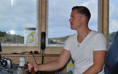 FISKAR: Nathanael Sjo frå Halsnøy er fiskar. Han mista mange teiner då nokon stal blåsene hans, men måndag fekk han hjelp av ein miniubåt. Her er han på veg ut med katamaranbåten sin.