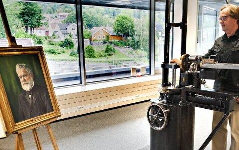 Utstilling: Finn Simensen er stolt over at skolen har fått et eksemplar «The little Giant». Det er laget en utstilling om Tinius Olsens lokale betydning.Foto: Ståle Weseth
