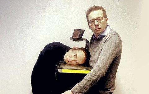 HUMOR: Gunnar Flagstad og Frank Havrøy byr på seg selv under lunsjkonserten i Smeltehytta fredag 27. januar.Pressebilde