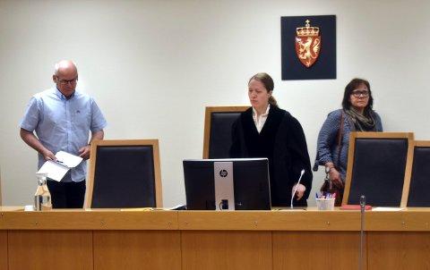 BEHANDLER SAKEN: Dommerfullmektig Marte Støen Fisknes (i midten) og meddommerne Helge Erik Solum og Elsi Haug avgjør saken innen onsdag i neste uke.