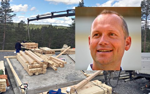 FORNØYD: Teknisk sjef Jarle Weseth i Flesberg kommune (innfelt) er strålende fornøyd med antall nye hytter i kommunen så langt i 2018.