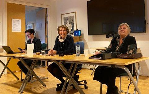NETT-TV: Det onsdag ble informert i formannskapsmøtet om nye muligheter til å følge politikken i Kongsberg. Det er viktig med møteoffentlighet, mener (f.v.) Assisterende rådmann Hilde Enget, ordfører Kari Anne Sand og rådmann Wenche Grinderud.