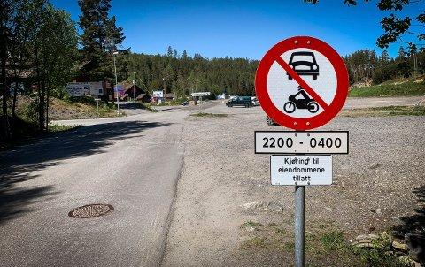 Skiltet viser at det er forbudt med motorvogn i Funkelia mellom 22 og 04.