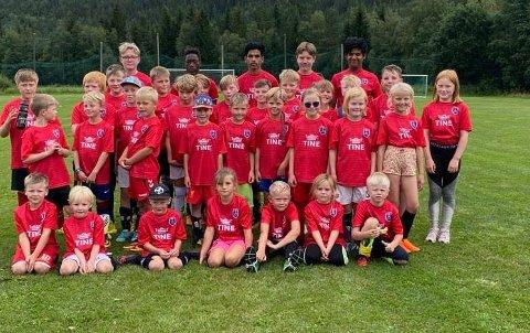 FOTBALLSKOLE: Her er deltakerne på Uvdal ILs fotballskole på Bakkeøya i Uvdal samlet. ALLE FOTO: LARS HELGE BERGAN