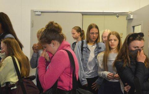 Uææ: Det kom vel ikke som et sjokk på elevene fra 9. trinn på Lierbyen skole at det lukter inne på renseanlegget. De fleste holdt nesa lukket og ørene åpne under omvisning på Linnes Renseanlegg.Foto: Guro Haverstad Torgersen