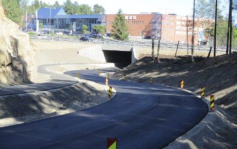Snart klar: Nå er asfalten kommet på Gjellebekkveien, og det er like før den åpnes for trafikk. Offisiell åpning blir i august.