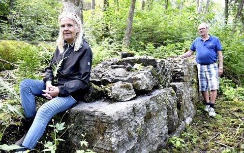 GAMMEL GRUNNMUR: Grethe Kristoffersen og Dagfinn Muggerud oppdager stadig noe nytt i Sjåstads gamle industriområde. Her har de gravd frem en grunnmur fra en såkalt oppgangssag.