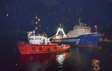 """Slep: Den islandske fabrikktråleren «Õrfirisey Re 4» slepes inn til Skarvik i Osan av slepebåten """"Polar Tug"""". Foto: Frode Adolfsen"""
