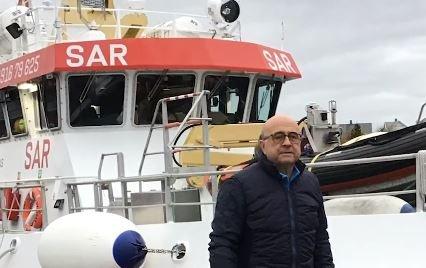 """Den spanske turisten ønsket å takke for at han ble berget og stakk innom """"Det Norske Veritas"""" på Ballstad før han returnerte hjem."""