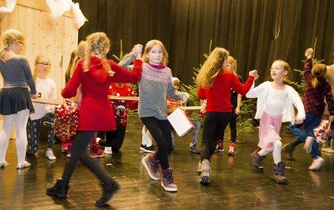 Illustrasjon: Full fart på scenen i 2016, da elevene i kulturskolen spilte Alf Prøysens kjente fortelling om Snekker Andersen og Julenissen på Gimle i Stamsund.