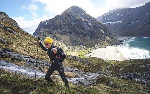 Illustrasjonsbilde: Ultra trail-vinner 2017, Lena-Britt Johansen fra Moskenes, vant kvinneklassen i Lofoten Ultra-Trail 100 miles, Her løper hun seg opp motbakken fra Kvalvika.