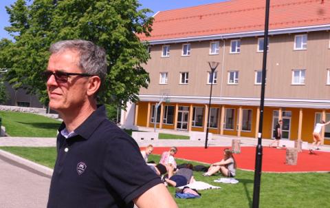 MÅTTE STENGE: Torsdag måtte rektor Ståle Andersen ta beslutningen om å stenge KVS Lyngdal på grunn av smittefaren.