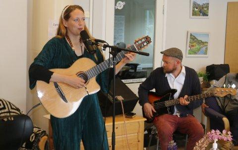 SANG: Kari Kleiv sang en av sangene i filmen, og gjentok den på Konsmo, med manne Halvor på bass.