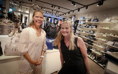 Anita Schwartz i Din veske er godt fornøyd med de nye lokalene butikken har fått. Her med senterleder Lene Hanche Hafskjold.