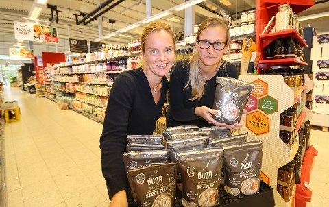 Anne Marthe Løken (t.h.) og Anne Marte Røen Bye er i full gang med å selge inn dugakornet i alle landets Meny-butikker.