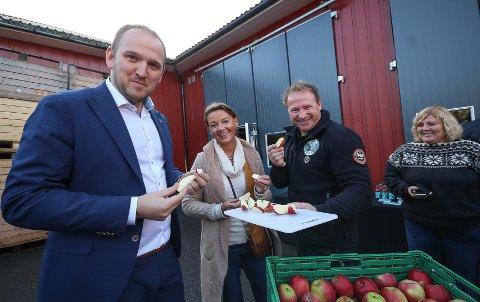 Ble imponert: Nylig besøkte mat- og landbruksminister Jon Georg Dale Dyre gård i Rygge, og ble imponert over alt det som Hans Olav Bjerketvedt har fått til. Her sammen med stortingsrepresentant Ingjerd Schou og Ann Kristin Andreassen fra Guldkorn Østfold (t.h.).