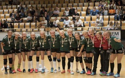 Jubel: De kan si seg veldig fornøyde med prestasjonen sin i en av Danmarks største håndballturneringer, disse J13-spillerne fra Son HK. Alle foto: Jørn Kvithyll