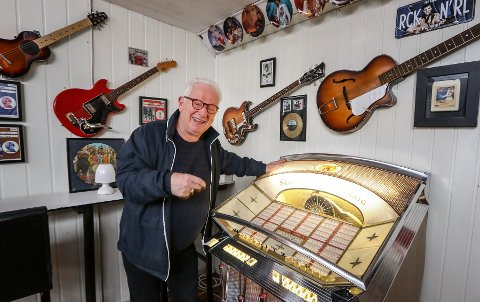 WURLITZER: Kjell Dahlmann setter på en god, gammel slager på jukeboksen fra 1961. Nå inviterer han til åpent hus og skal selge ut mange av klenodiene.
