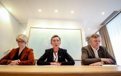 INFORMERER: Moss kommune holdt pressekonferanse om koronavirus torsdag formiddag. F.v.: Enhetsleder Therese Evensen, ordfører Hanne Tollerud og rådmann Hans Reidar Ness.