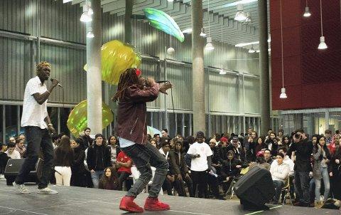 POSITIV ENERGI: Rapper og byggfag-elev Mannah Jusu aka Young Jusu (med dreads), lagde stor stemning sammen med Christopher Sam aka Young Cisto. FOTO: Callum Strøm-Gundersen