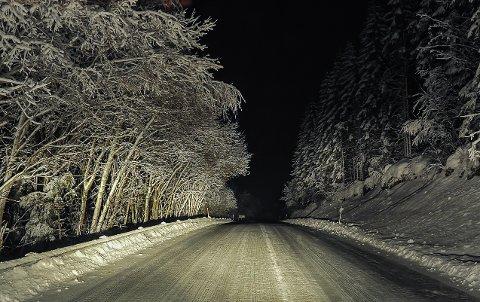 På snødekt veg i vinternatta. På Fosen i Sør-Trøndelag