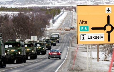 En rekke stridsvogner, beltevogner og andre kjøretøyer på vei til øvelse Joint Viking / - on the way to the exercise Joint Viking 2015 in the north of Norway