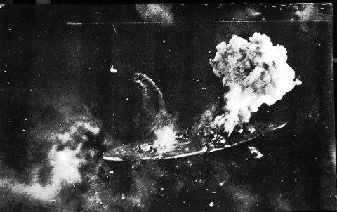 UNDER ANGREP: Tirpitz under angrep ved Håkøya. Bildet er tatt fra det britiske fotoflyet som fulgte operasjonen.