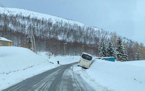 Buss av veien i Henrikvika.