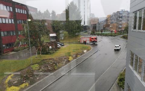 LEKKASJE: Tromsø brann og redning er på plass ved realfagsbygget ved UiT i Tromsø.
