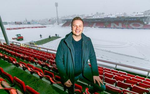 GODT HUMØR: Selv om snøen forhindret trening på Alfheim onsdag, med unntak av tre spillere på en flekk i bakgrunnen, tror Lars Petter Andressen at TIL skal komme i rute til seriestart.