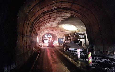STOD FAST: I Maursundtunnelen ble tankbilen stående bom fast. Hundre biler skal ha blitt stående i kø, helt til en hjullaster ble redningen.