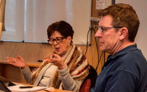 Oppvekstkomiteen, her ved leder Berit Skogsbakken Aasen og Erik Bjørnsveen, var frustrert over å få et uferdig saksgrunnlag på bordet kort tid før møtestart. - Jeg prøver å telle inni meg og oppføre meg som folk, sa Bjørnsveen.