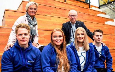 - Studentene er våre fremste ambassadører, skryter seksjonsleder Gunn Marie Rognstad og viserektor Jørn Wroldsen til f.v. Henrik Ruud, Marie Kleiven, Inger Johanne Rognerud og Johan Aanesen.