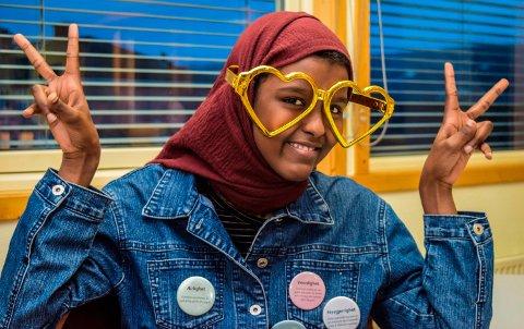 KJÆRLIGHETSBRILLER: - Disse brillene symboiliserer kjærlighet til alle, sier Leyla Said Mohammed (15), en av Flyt-deltakerne i Søndre Land.