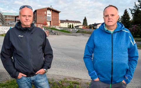 SJOKKERENDE: – Det er sjokkerende at Hovli sykehjem, slik de nå har innrømmet overfor oss, ikke har oversikt over hvor lenge og med hvor mye de medisinerte mor feil, sier brødrene Lasse (t.v.) og Tor Røberg.