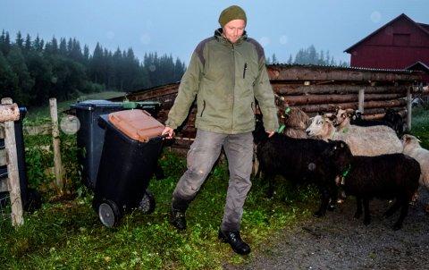 FULL AV MAGGOT: - Etter en og en halv måned uten henting av matavfallet kunne vi høre magottlarvene myldre i dunken, sier Marcus Mehnert i Landåsbygda.