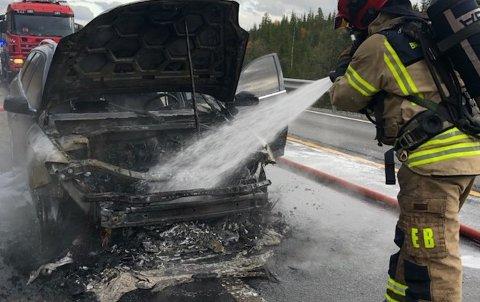 BILBRANN: En bil begynte å brenne på fylkesveg 33 tirsdag ettermiddag.