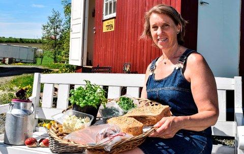 GÅRDSUTSALG: – Det er nok mest romantikeren i meg som får utløp her, sier Ine Gulbæk om sin økologiske gårdsbutikk på Vedervang gård.