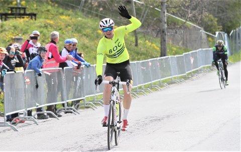 FØRSTEMANN I MÅL: Kjetil Farup jubler for seier i klassen menn 35-39 år, mens Arne Post må innse at rykket like før mål ikke helt lyktes.