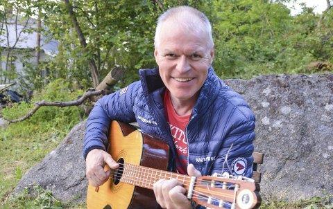 Egne låter: Vidar Fredriksen skriver sine egne låter og spiller dem inn i eget studio. Nå legger han snart ut tre nye julelåter på streamingtjenesten Spotify, hvor man også kan finne flere av Fredriksens tidligere låter. Foto: Tone Mathisen