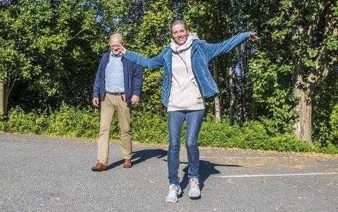 Flyr høyt: Klaastad og Dillan har trua på et godt valg for MDG i Lardal.