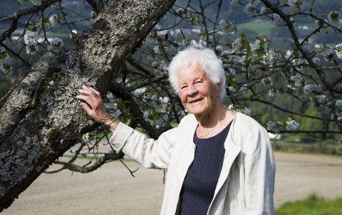 Under kirsebærtreet: Karen Anne Evju har bodd på gården Kalleberg øvre i 65 år. Her har hun hatt et flott liv både som gardkjerring og lærer på Lardal barneskole og i går rundet hun 90 år.foto; roger w. sørdahl