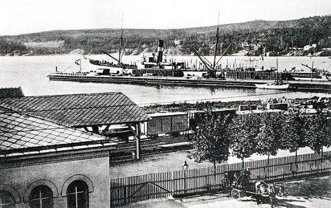 KOMMUNIKASJONER. I løpet av de siste 30 år av 1800-tallet ble tre viktige kommunikasjonsmidler samlet i området mellom bryggene og Storgata, nemlig dampskip, jernbane og hestedrosjer. Senere fikk også Lågendalsruta sin endestasjon her. Fremtidsplanene går ut på å forsterke områdets betydning ytterligere som trafikksenter i Larvik, blant annet med en ny bussterminal.
